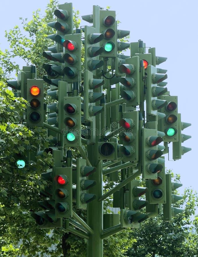 De boom veelvoudige verkeerslichten van verkeerslichten op een beeldhouwwerk stock foto