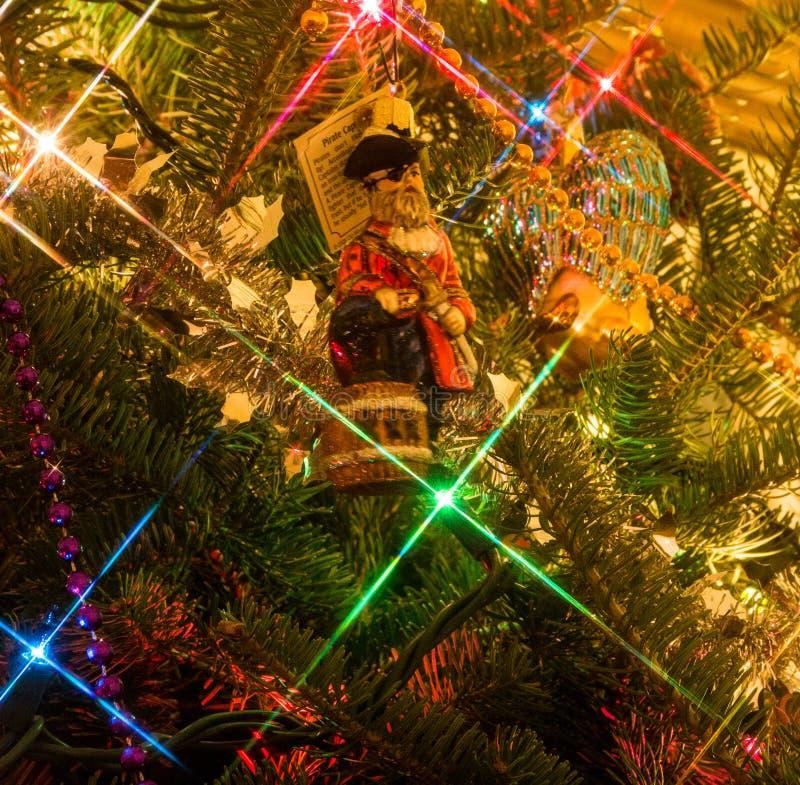 De boomornament van piraatkerstmis in de Kerstmisboom stock foto's