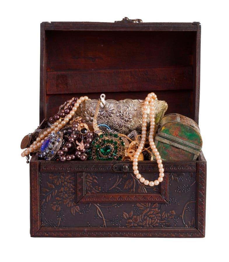 De boomstam van de schat met juwelen stock afbeelding