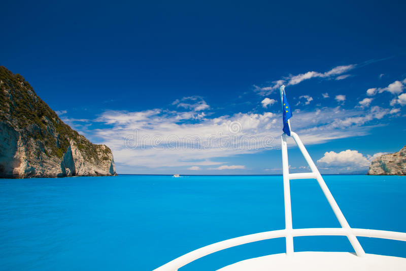 De boot beweegt zich langs de rotsachtige kust stock afbeelding