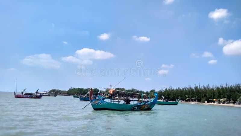 De boot die aan het strand wordt geplant Deze boot wordt gebruikt door lokale vissers om vissen rond het strand te vangen stock foto