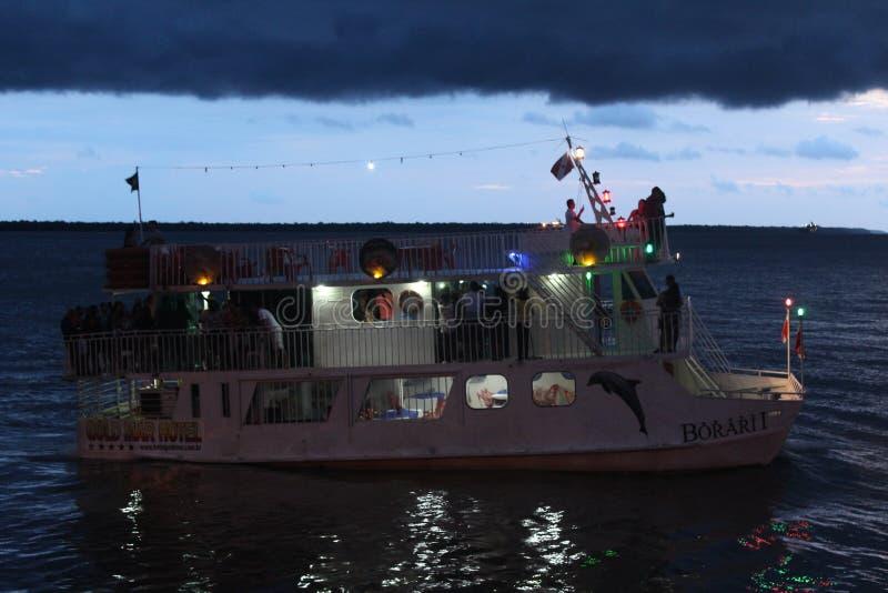 De boot die in BaÃa drijven doet Guajarà ¡ in eind van de dag stock foto