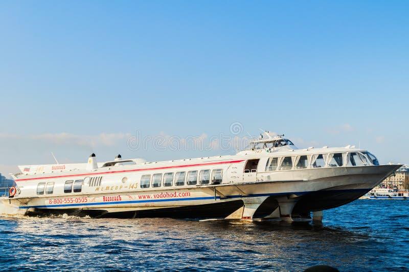 De boot die van de meteoorvleugelboot op het Neva River-watergebied varen in St. Petersburg, Rusland royalty-vrije stock fotografie