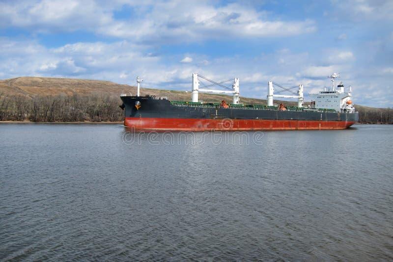 De Boot die van het Vrachtschip van de Bulk-carrier Op Rivier vaart royalty-vrije stock foto