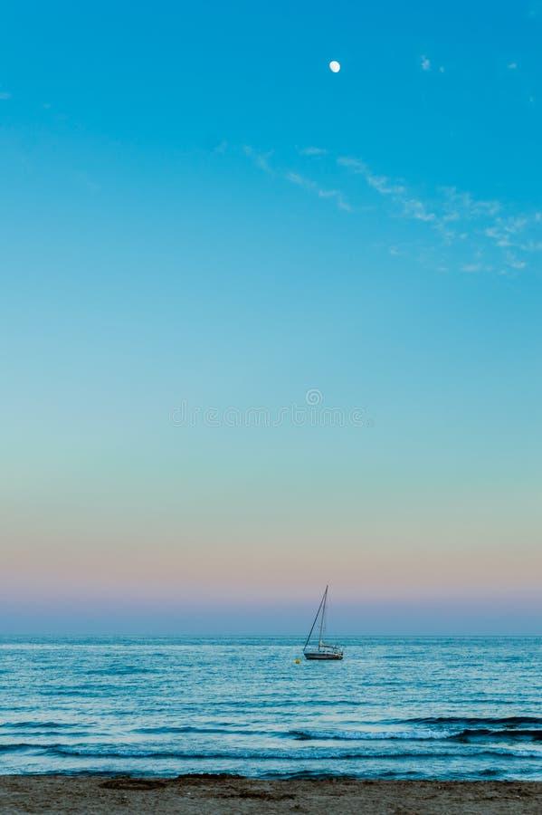 De boot en de maan stock foto