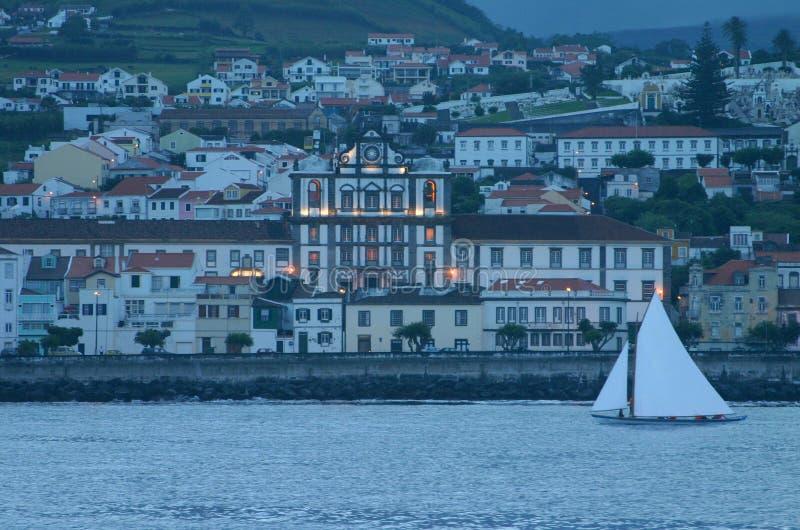 De boot en de stad royalty-vrije stock fotografie