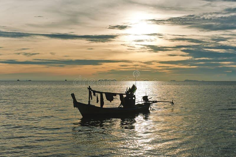 De boot en de zonsondergang van de visser. royalty-vrije stock afbeeldingen
