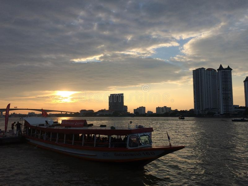 De boot in de gouden hemel op de rivier in Thailand royalty-vrije stock fotografie