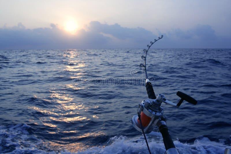 De boot groot spel dat van de visser in zoutwater vist royalty-vrije stock afbeeldingen