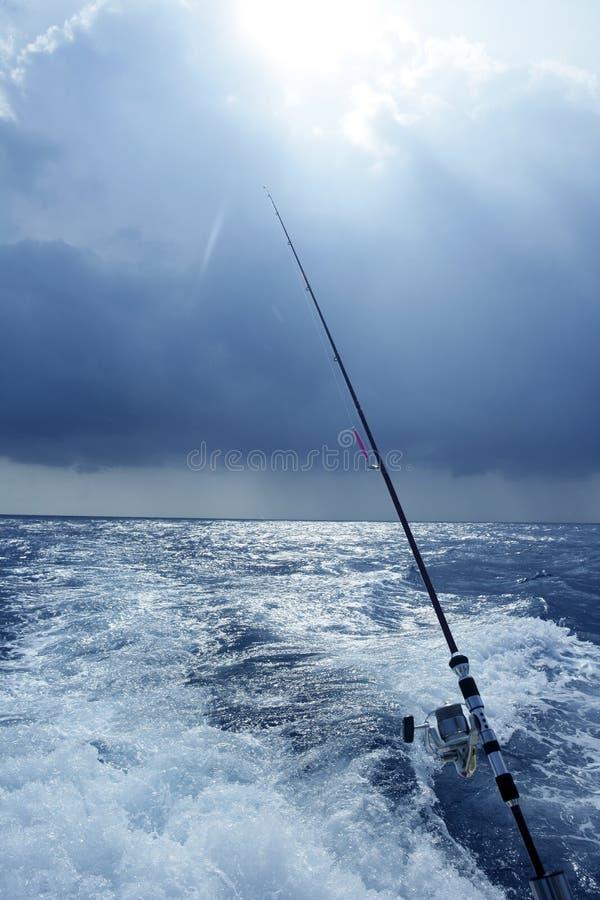 De boot groot spel dat van de visser in zoutwater vist stock fotografie