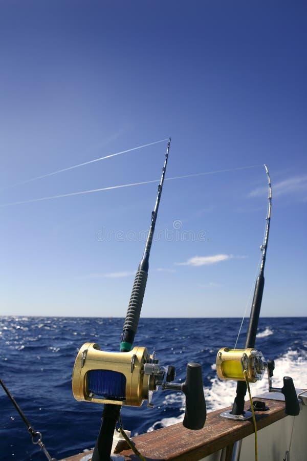 De boot groot spel dat van de visser in zoutwater vist royalty-vrije stock foto's
