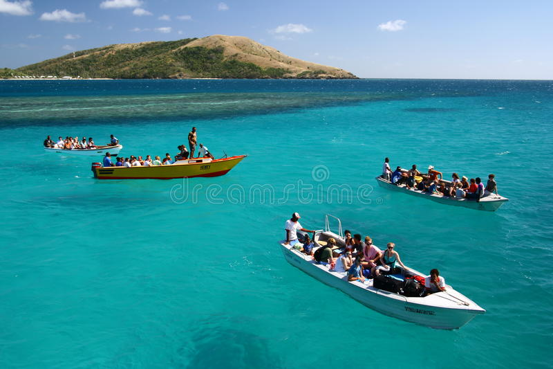 De boot hangt op turkooise blauwe oceaan royalty-vrije stock afbeeldingen