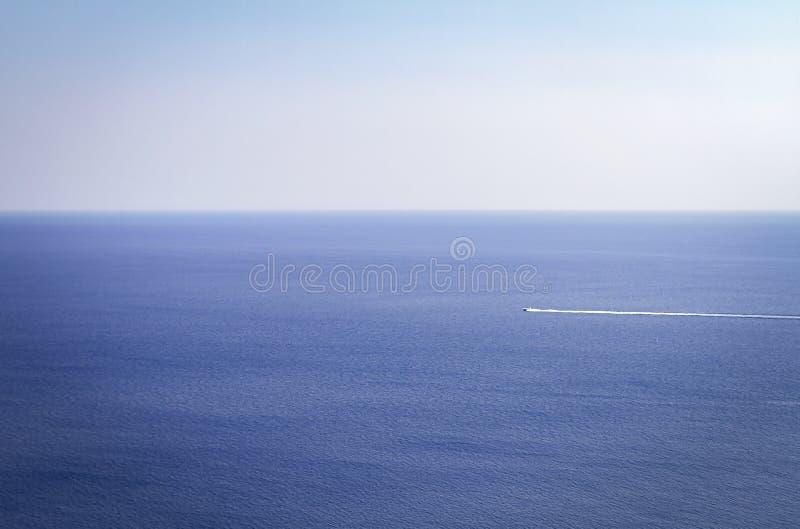 De boot in het overzees stock fotografie