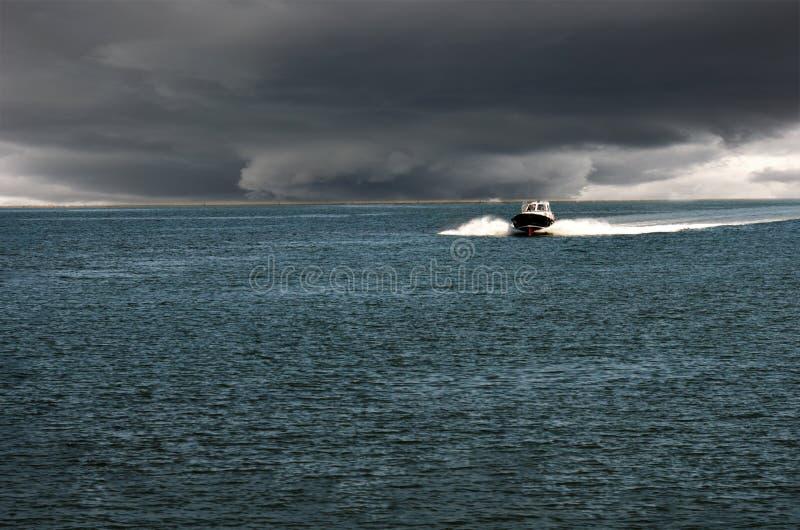 De boot komt in de haven stock foto