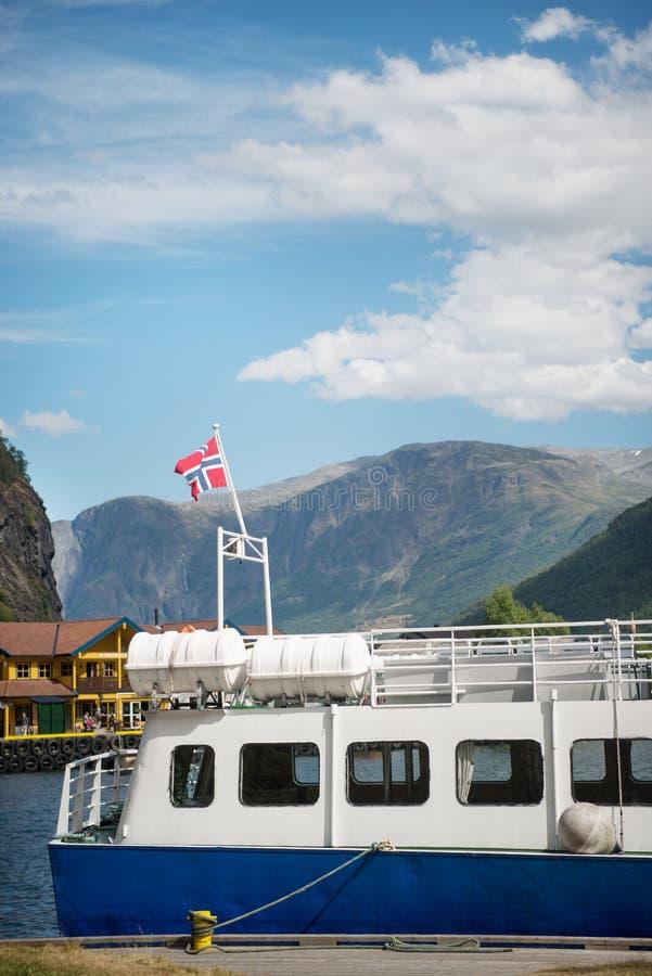 de boot met de vlag van Noorwegen legde in haven vast in Aurlandsfjord Flam (Aurlandsfjorden) Noorwegen royalty-vrije stock foto