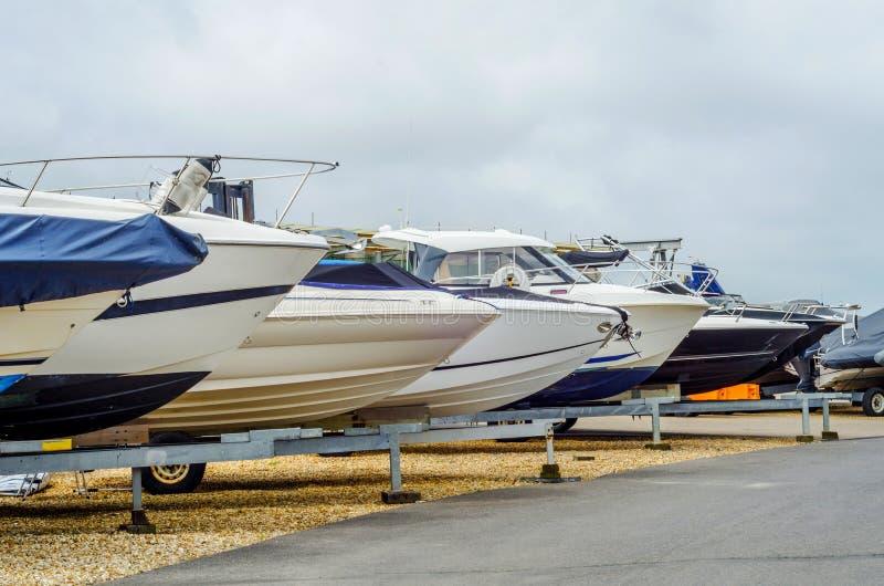 De boot op tribune op de kust, sluit omhoog namens het jacht, l royalty-vrije stock afbeelding