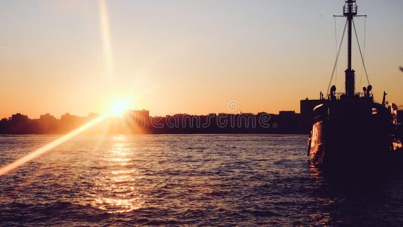 De boot, rivier, Zon, Stad stock afbeeldingen