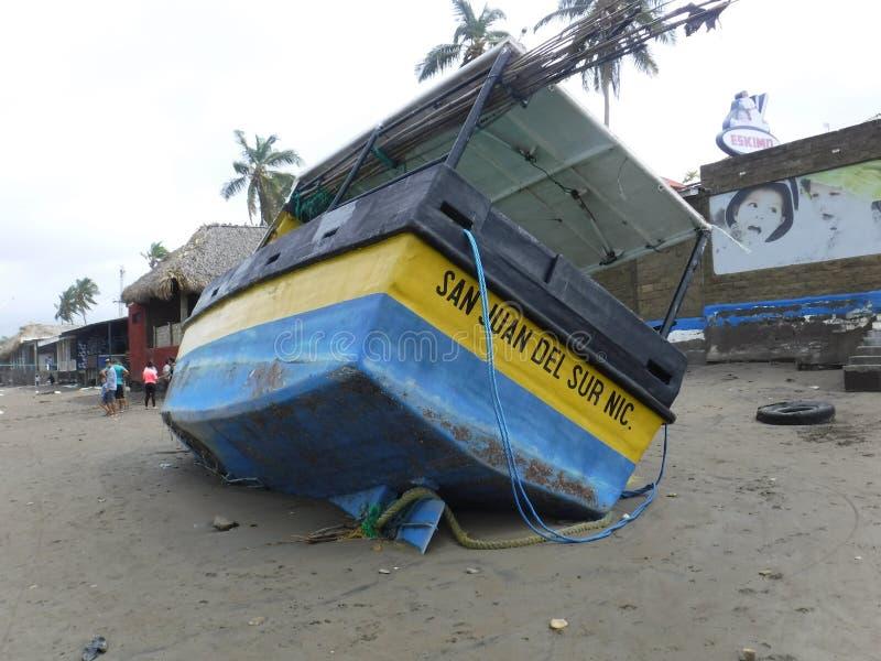 De Boot van Beached stock afbeelding