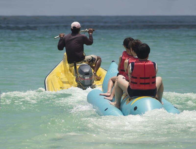 De boot van de banaan en waterautoped stock afbeelding