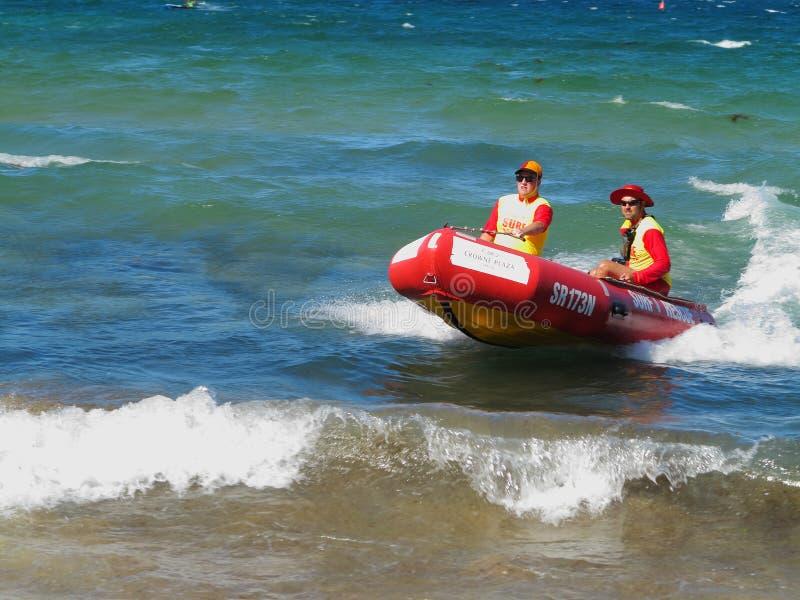 De boot van de brandingsredding met mensen in actie stock foto's