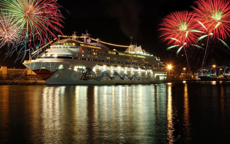 De boot van de cruise bij nacht met vuurwerk royalty-vrije stock foto's