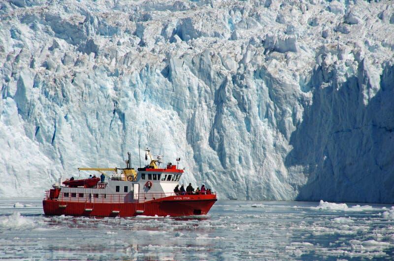 De boot van de cruise onder de ijsbergen, Groenland stock fotografie