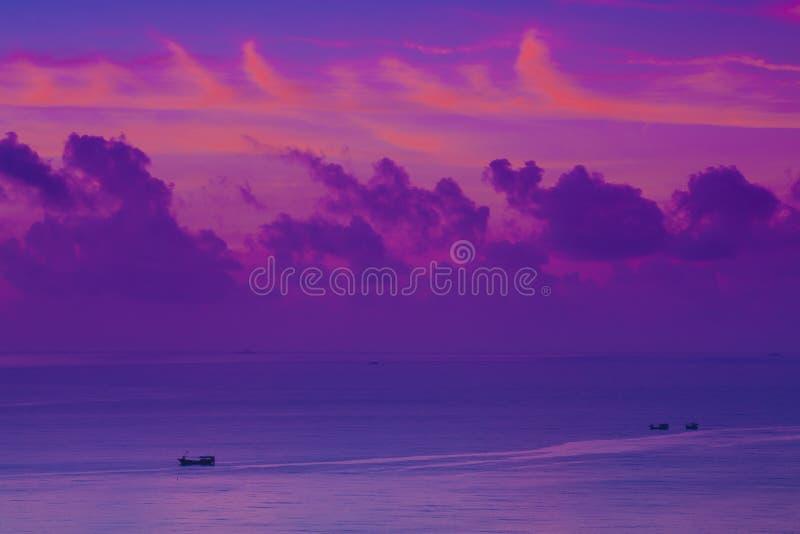 De boot van de de kleurenwolk van de zonsopgang royalty-vrije stock foto's