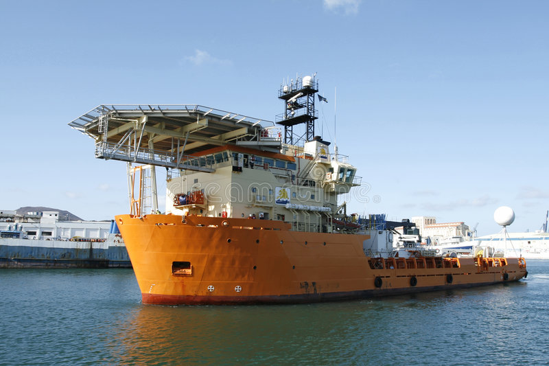 De boot van de levering met helikopterdek stock afbeelding