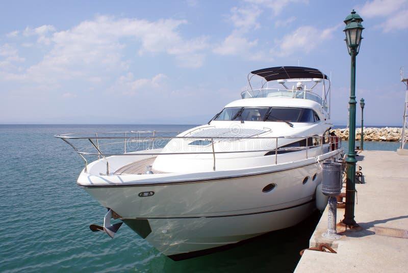 De boot van de luxe dichtbij de dam royalty-vrije stock fotografie