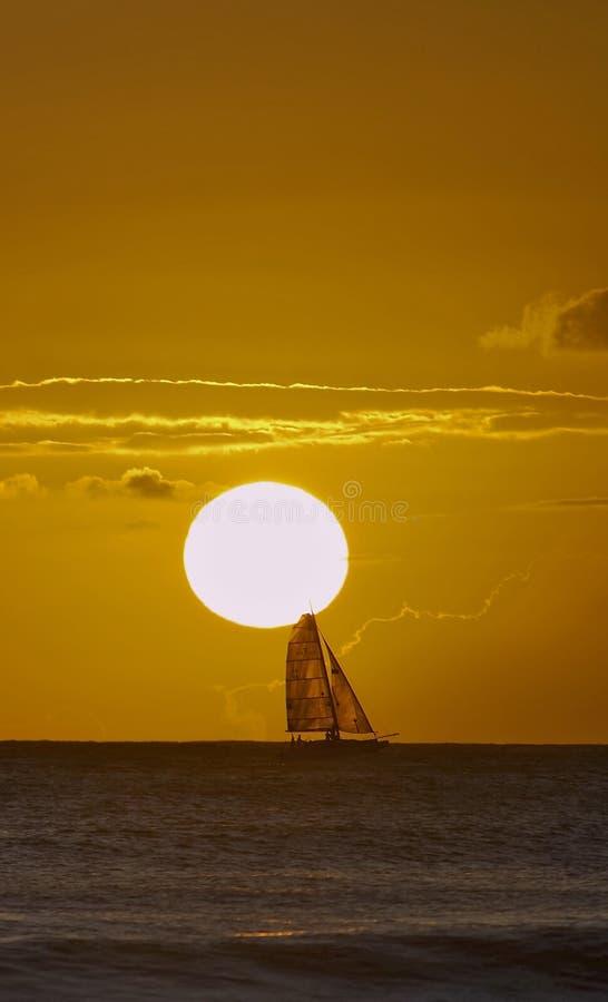 De boot van de zonsondergang stock foto's
