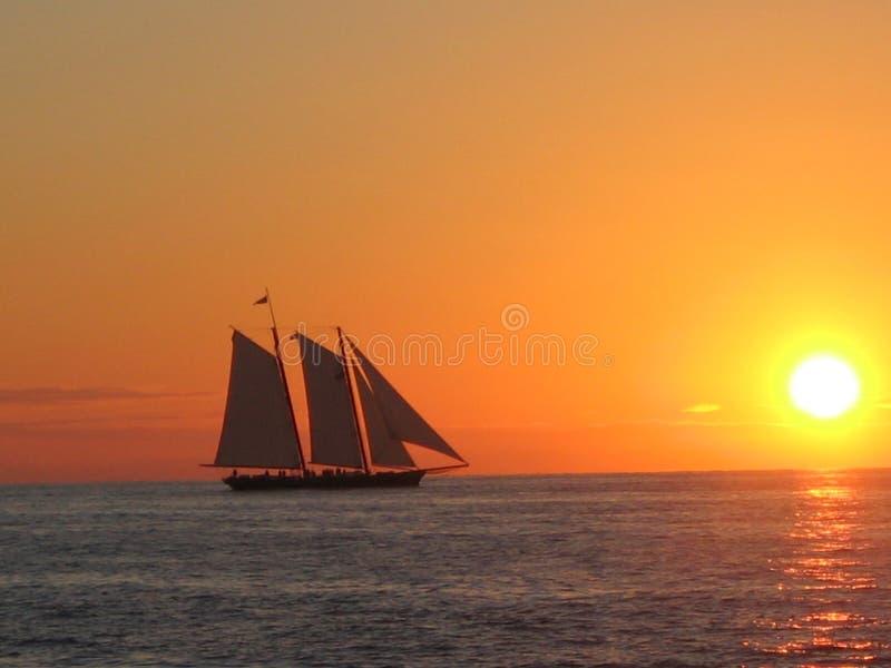 De boot van de zonsondergang bij het zeer belangrijke westen stock afbeelding