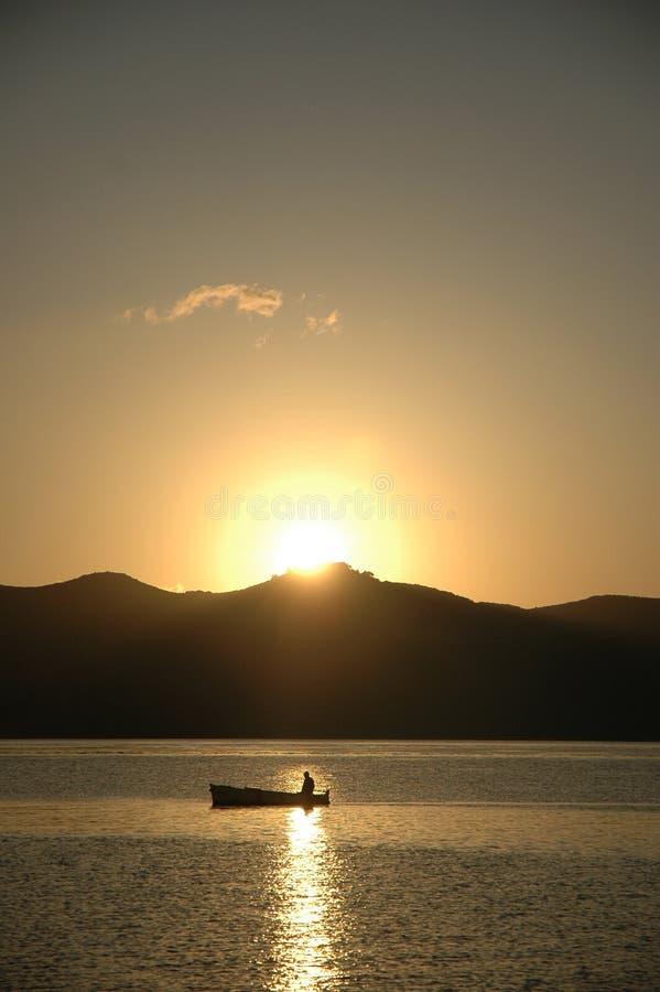 De boot van Fishermans in sunup royalty-vrije stock foto