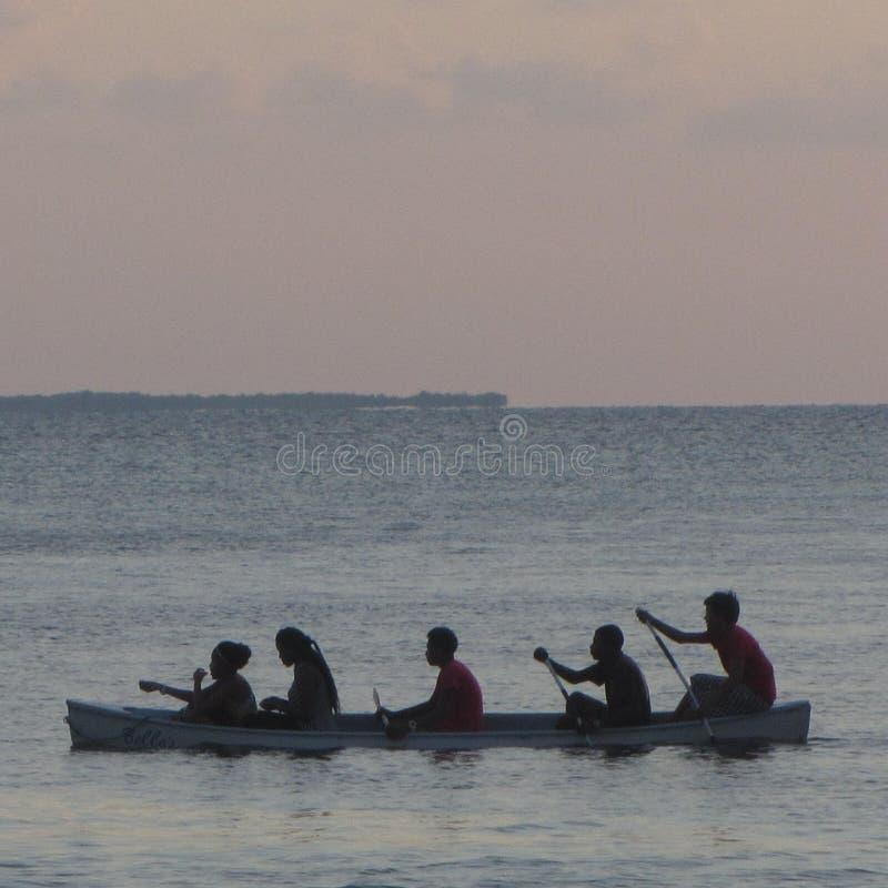 De boot van het het Breeuwijzereiland van Belize Caye met plaatselijke bewoners royalty-vrije stock afbeeldingen