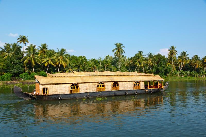 De boot van het huis op de binnenwateren van Kerala stock fotografie
