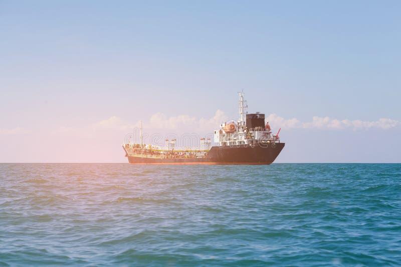 De boot van het olievervoer over zee stock fotografie