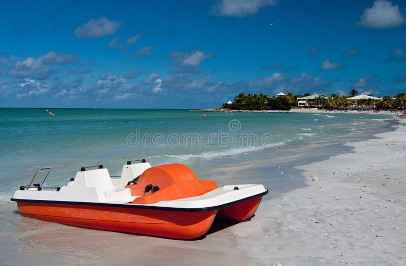 De boot van het pedaal op een tropisch strand stock foto