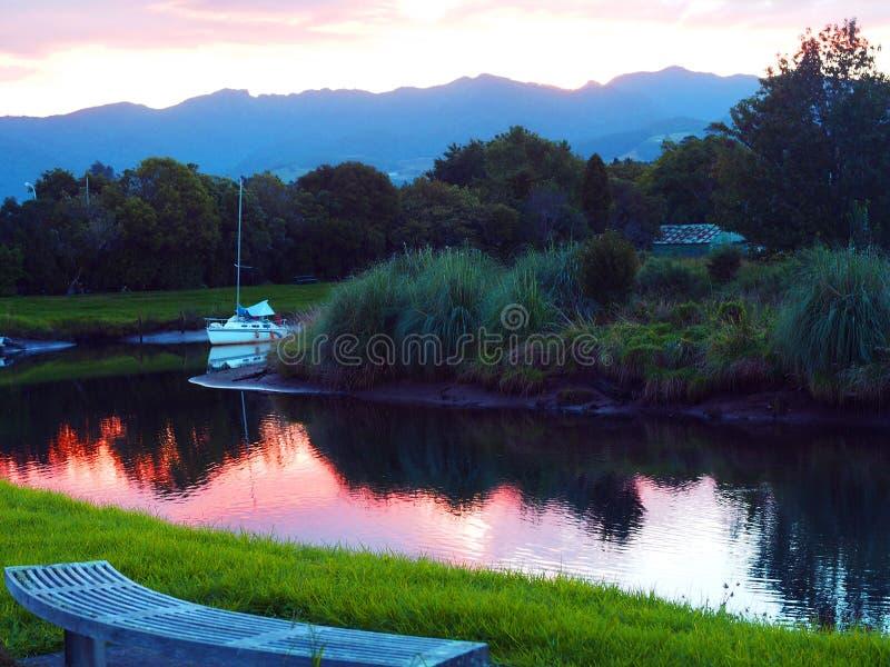 De Boot van het zeil bij Zonsondergang stock afbeeldingen
