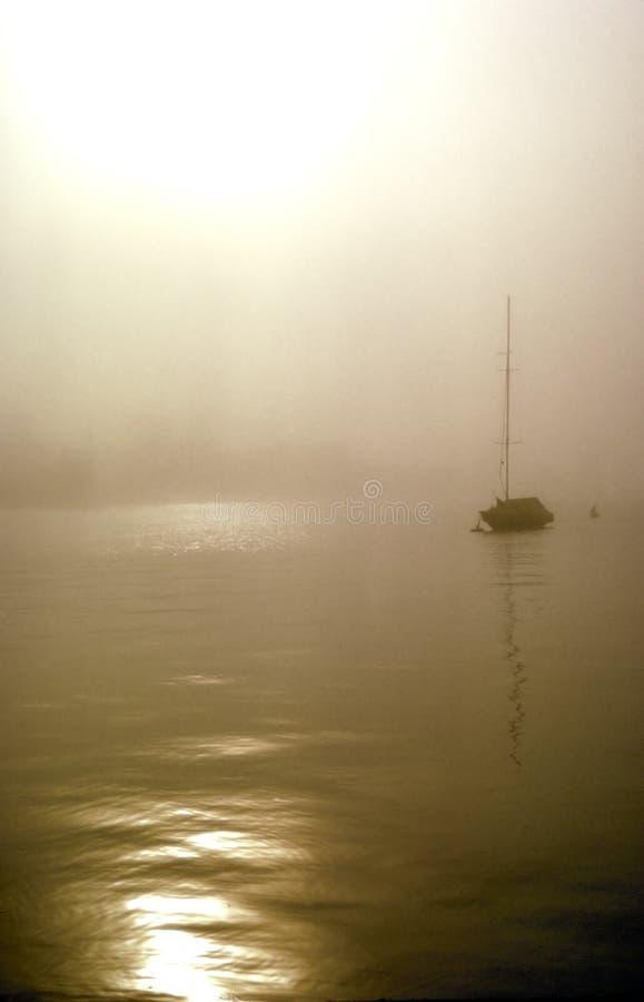 De boot van het zeil in de mist royalty-vrije stock foto's