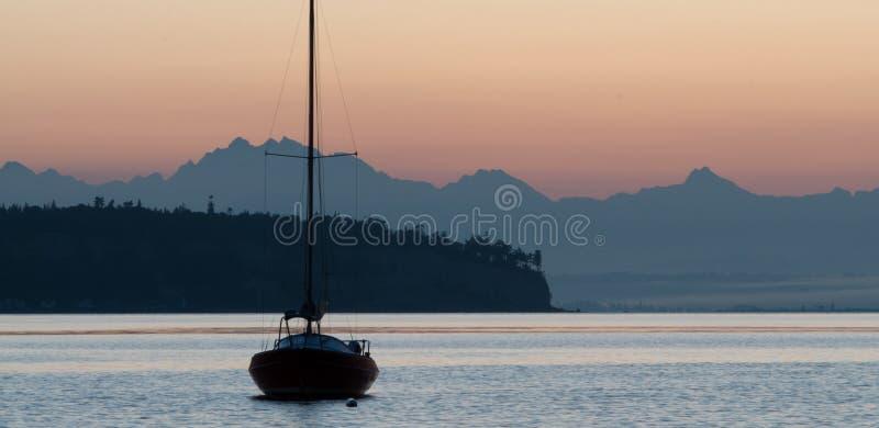 De Boot van het zeil op Kalme Wateren stock foto