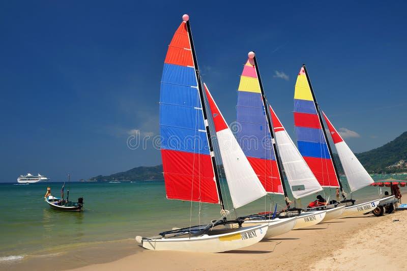 De boot van het zeil op patongstrand, phuket, Thailand stock afbeelding