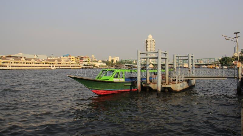 De boot van Longtail Rivieroever en Stadsweergeven met Smog stock afbeeldingen