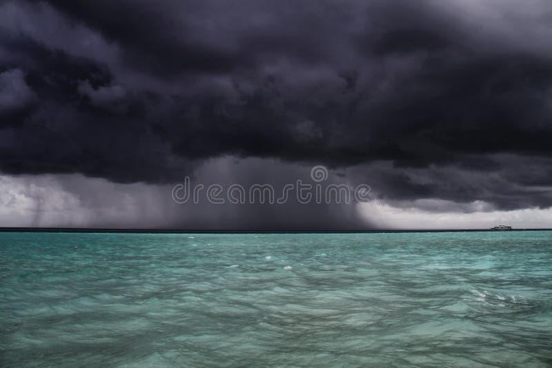 De boot van onweersbenaderingen, de Maldiven royalty-vrije stock afbeelding