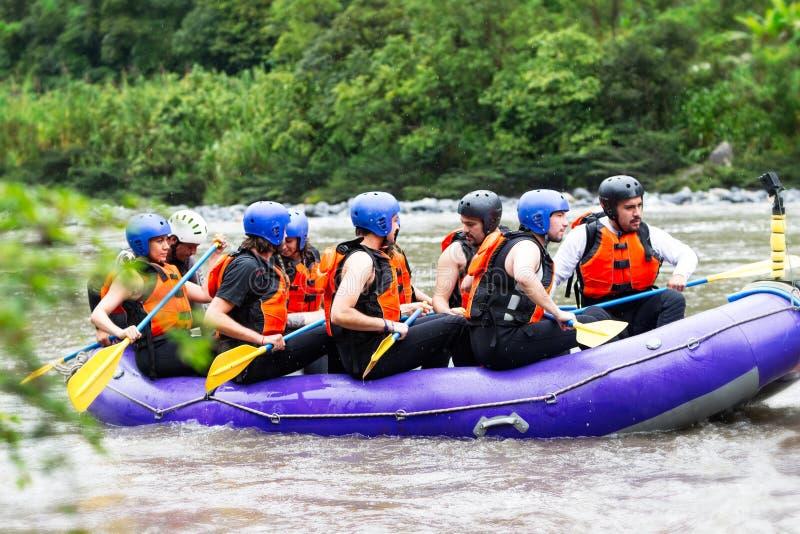 De Boot van Rafting van de Whitewaterrivier met Toeristen royalty-vrije stock afbeeldingen
