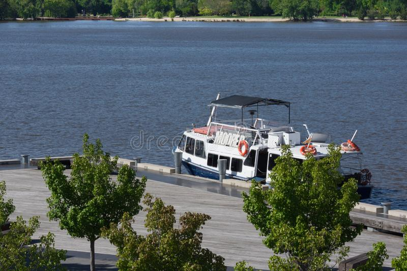 De Boot van de riviercruise naast Pijler stock fotografie