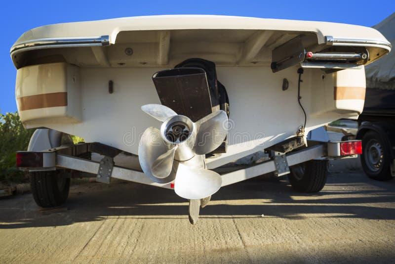 De boot van de schroefmotor op de aanhangwagen stock foto