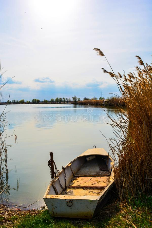 De boot van de visser op de kust royalty-vrije stock fotografie