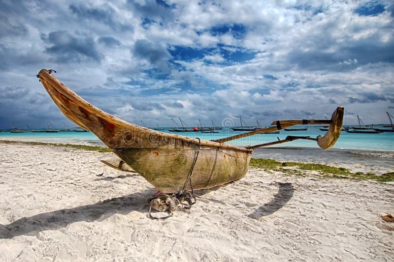 De boot van Zanzibar op het strand stock foto's