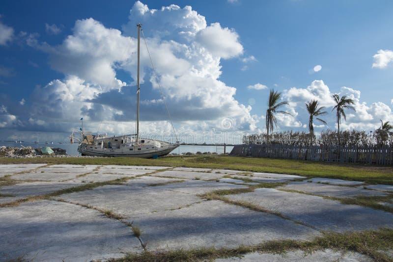 De boot waste aan wal tijdens Orkaan Irma stock afbeelding