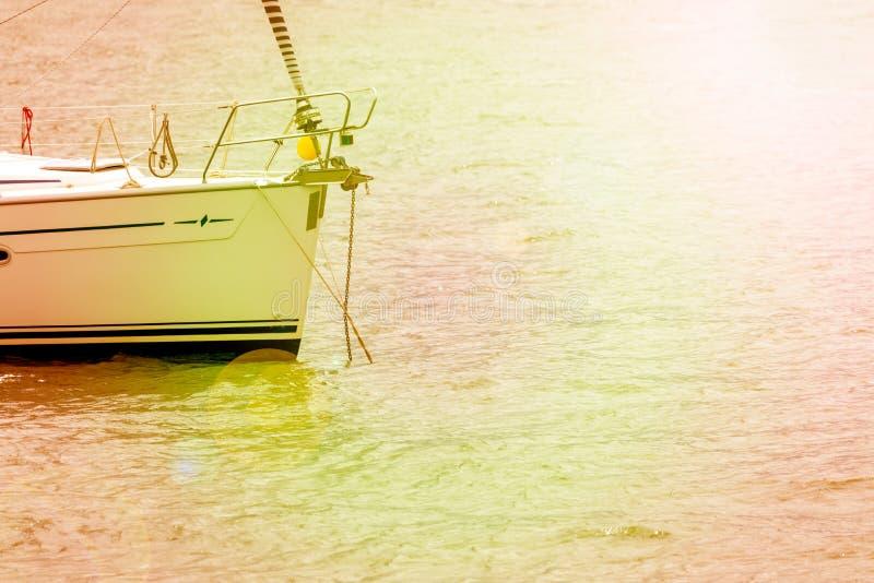 De bootboog van het sportzeil in baai op een zeer zonnige dag wordt gedokt die royalty-vrije stock foto's