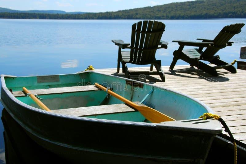 De bootdok van stoelen stock afbeeldingen